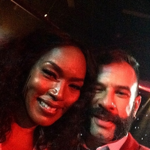 "Repórter James Cimino, do UOL, tieta famosos nos bastidores do Emmy 2014, o Oscar da TV. Na imagem, ele aparece com a atriz Angela Bassett, de ""American Horror Story"". James cobriu o evento no Kodak Theater, em Los Angeles, Estados Unidos"