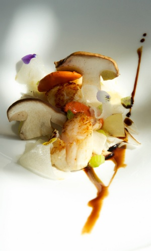 Salada de cogumelos tipo porcini com vieiras grelhadas, peras e uvas, um dos pratos do luxuoso restaurante do hotel Majestic