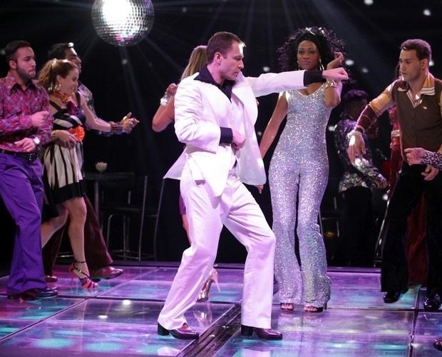 Tiago Leifert dança ao melhor estilo Tony Manero do filme