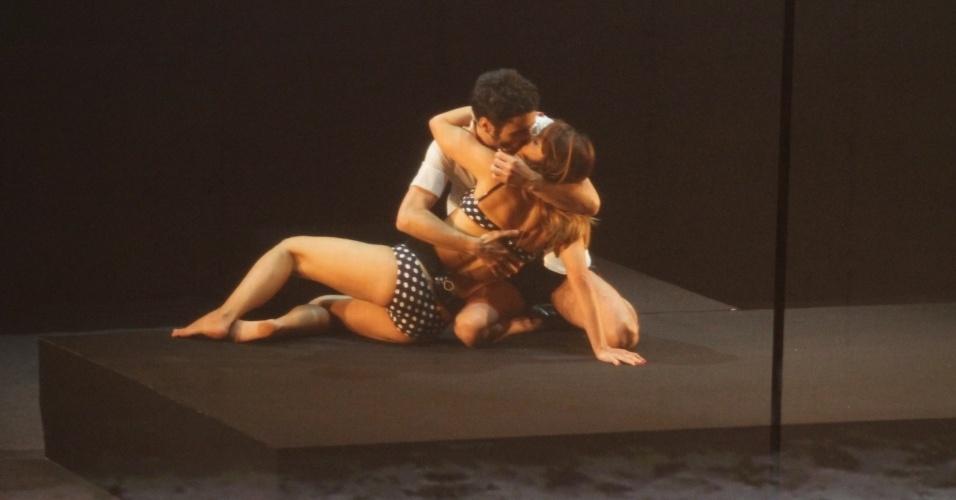 26.ago.2014 - Caio Blat e Maria Ribeiro dançam no palco do Grande Prêmio do Cinema Brasileiro, no Theatro Municipal, no Centro, no Rio. O casal apresenta o prêmio