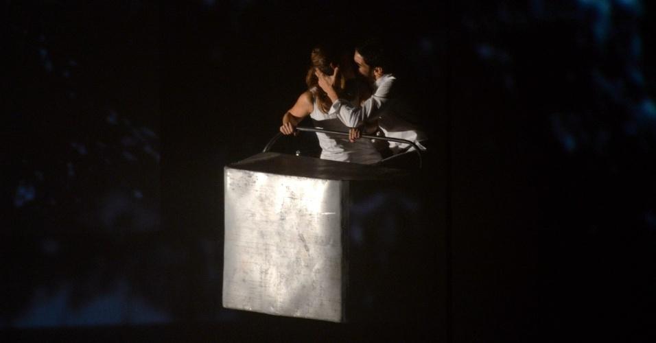 26.ago.2014 - Caio Blat e Maria Ribeiro trocam beijos ao chegar ao palco do Grande Prêmio do Cinema Brasileiro, no Theatro Municipal, no Centro do Rio