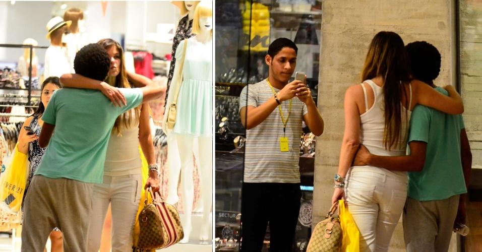26.ago.2014 - Cristiana Oliveira passeia com as filhas por shopping no Rio, é assediada por fã e tira foto ao lado dele