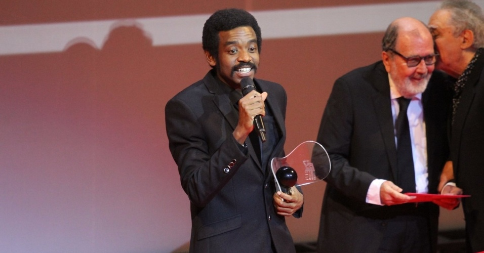"""26.ago.2014 - O ator Fabrício Boliveira leva o prêmio de Melhor Ator por """"Faroeste Caboclo"""""""