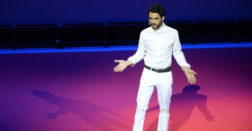 26.ago.2014 - Todo de branco, Caio Blat é o mestre de cerimônia do Grande Prêmio do Cinema Brasileiro, no Theatro Municipal, no Centro, no Rio