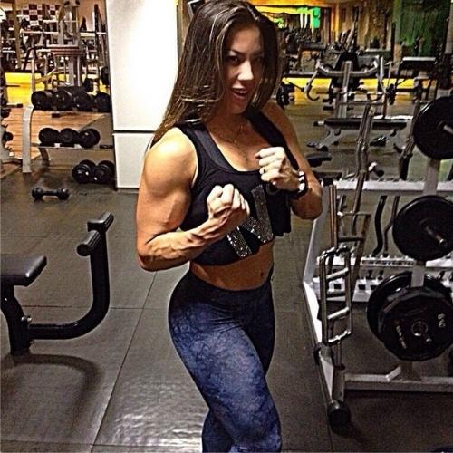 27.ago.2014 - Ex-BBB Michelly Crisfepe impressiona ao exibir o braço bem torneado em uma foto postada no Instagram