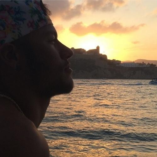 """27.ago.2014 - Neymar filosofa no Instagram diante de uma paisagem na Espanha. """"Deus não vai desistir Ele está aqui pra te levantar se o mundo te fizer cair"""", escreveu ele"""