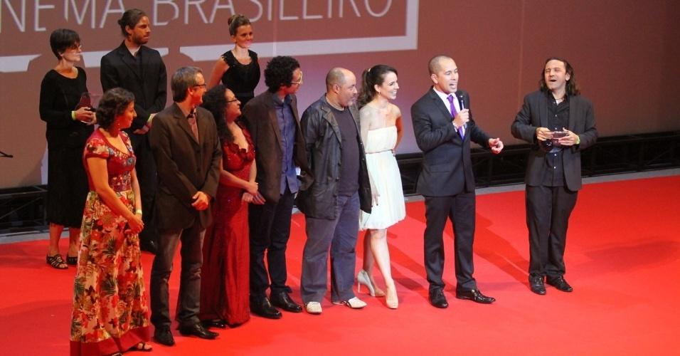 """28.ago.2014 - Elenco do filme """"Cine Holliúdy"""" recebe prêmio de melhor comédia no palco do 13º Grande Prêmio do Cinema Brasileiro, no Theatro Municipal, no Centro do Rio"""