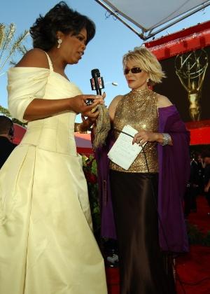 22.set.2002 - Joan Rivers entrevista a apresentadora Oprah Winfrey no tapete vermelho do Emmy Awards - Getty Images