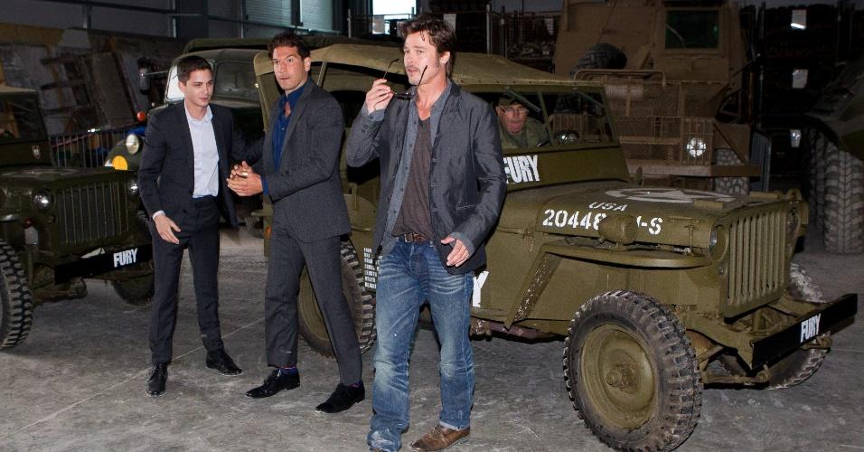 28.ago.2014 - Brad Pitt exibe aliança de casamento na mão esquerda ao chegar para evento de seu novo filme,