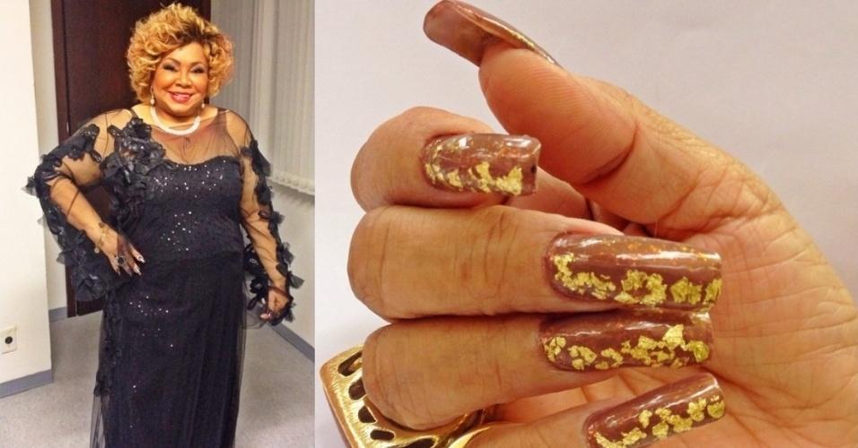 """28.ago.2014- Alcione mostra unhas postiças folheadas a ouro em foto no Instagram: """"Folhas de ouro 18k nas unhas, especialmente para cantar sábado em Belo Horizonte!"""", escreveu a cantora"""