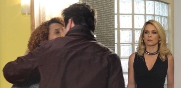"""Em """"Geração Brasil"""", Pamela flagra Verônica e Jonas aos beijos"""