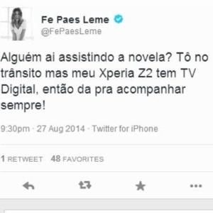 Fernanda Paes Leme faz suposta propaganda de um celular e tuíta com outro