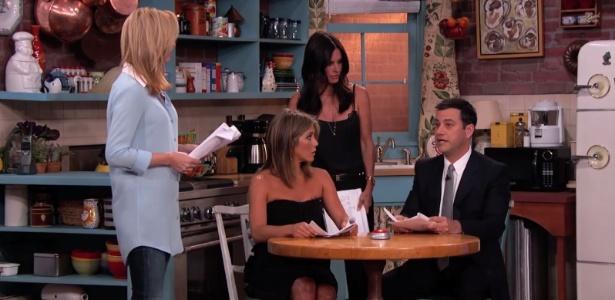 """Lisa Kudrow, Jennifer Aniston e Courteney Cox contracenam com Jimmy Kimmel em réplica do cenário de """"Friends"""""""