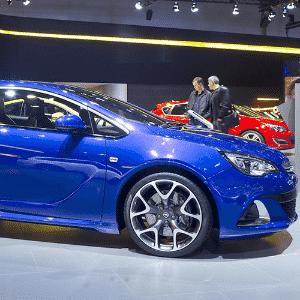 Opel Astra GTC no Salão de Moscou 2014 - Danil Kolodin/Newspress