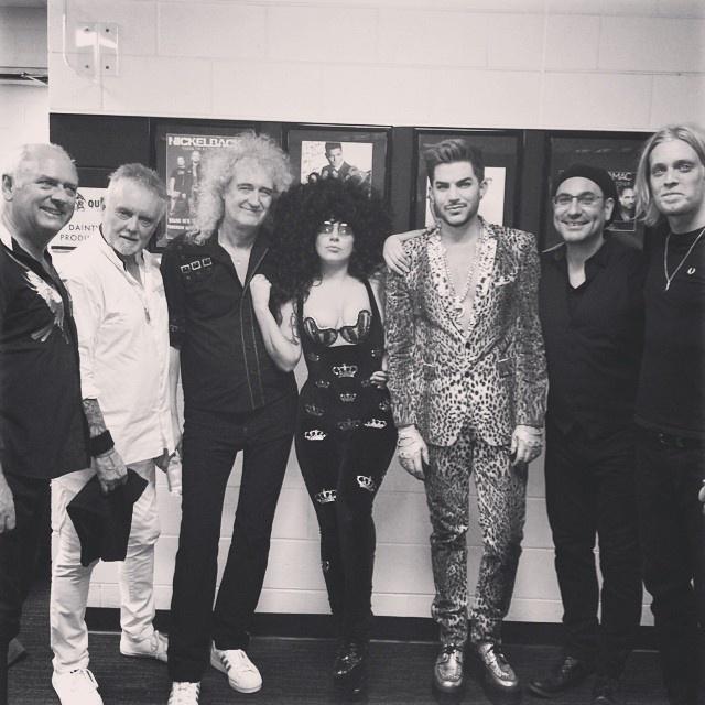 Os remanescentes do Queen, o baterista Roger Taylor e o guitarrista Brian May, posam para foto com Lady Gaga e Adam Lambert. A imagem foi publicada no instagram da cantora