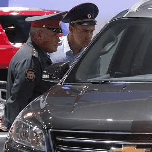 Policiais russos avaliam o Chevrolet Traverse no Salão de Moscou 2014 - Sergei Karpukhin/Reuters