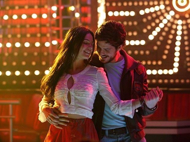 Sandra (Isis Valverde) e Rafael (Marco Pigossi) dançam juntos na pista de