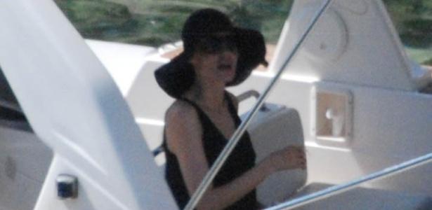 Angelina Jolie aparece publicamente pela primeira vez após casamento com Brad Pitt