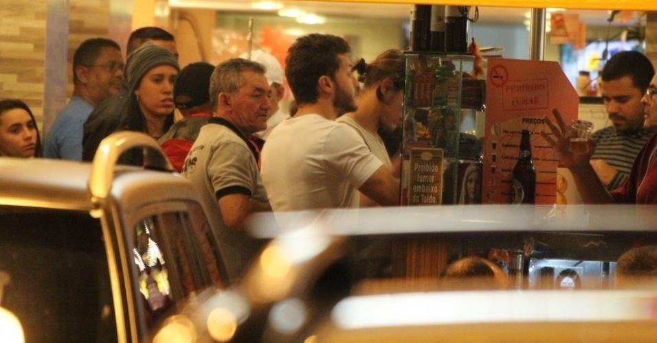 29.ago.2014 - Klebber Toledo e Rômulo Arantes são vistos em lanchonete nos bastidores das gravações externas de Império em Copacabana