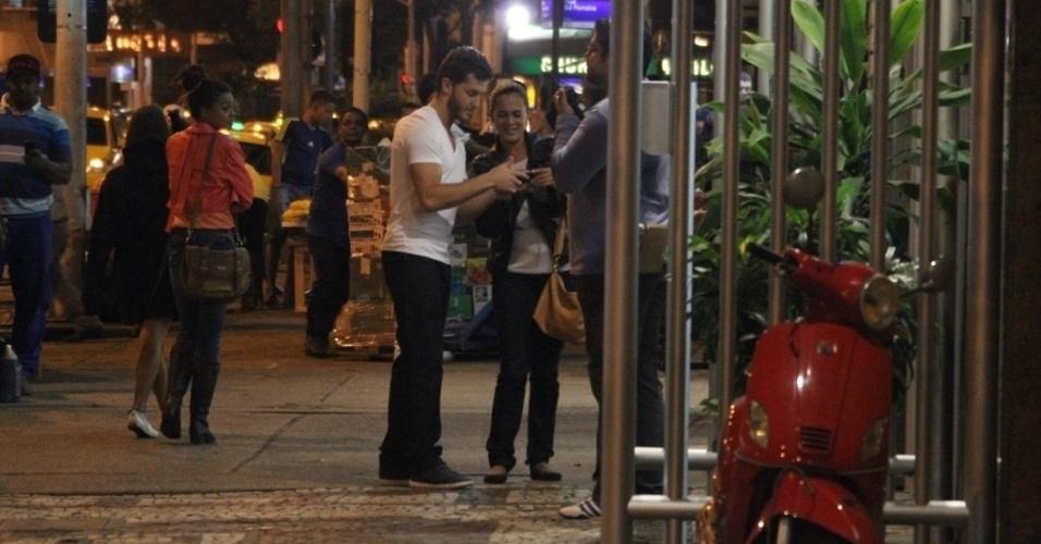 29.ago.2014 - Klebber Toledo e Rômulo Arantes são vistos em lanchonete nos bastidores das gravações externas de Império em Copacabana, no Rio