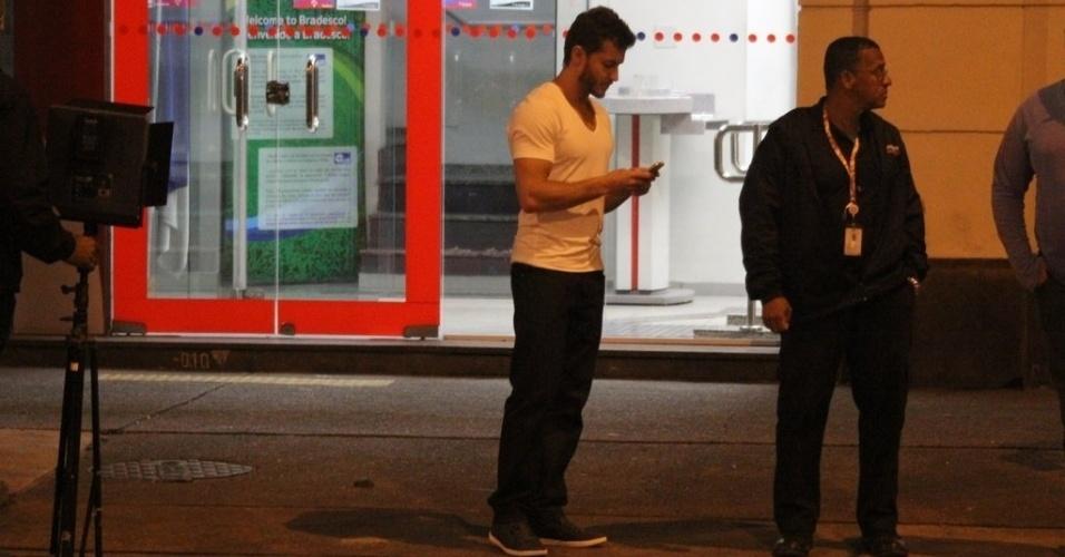 """29.ago.2014 - Klebber Toledo mexe no celular nos bastidores das gravações de """"Império"""""""
