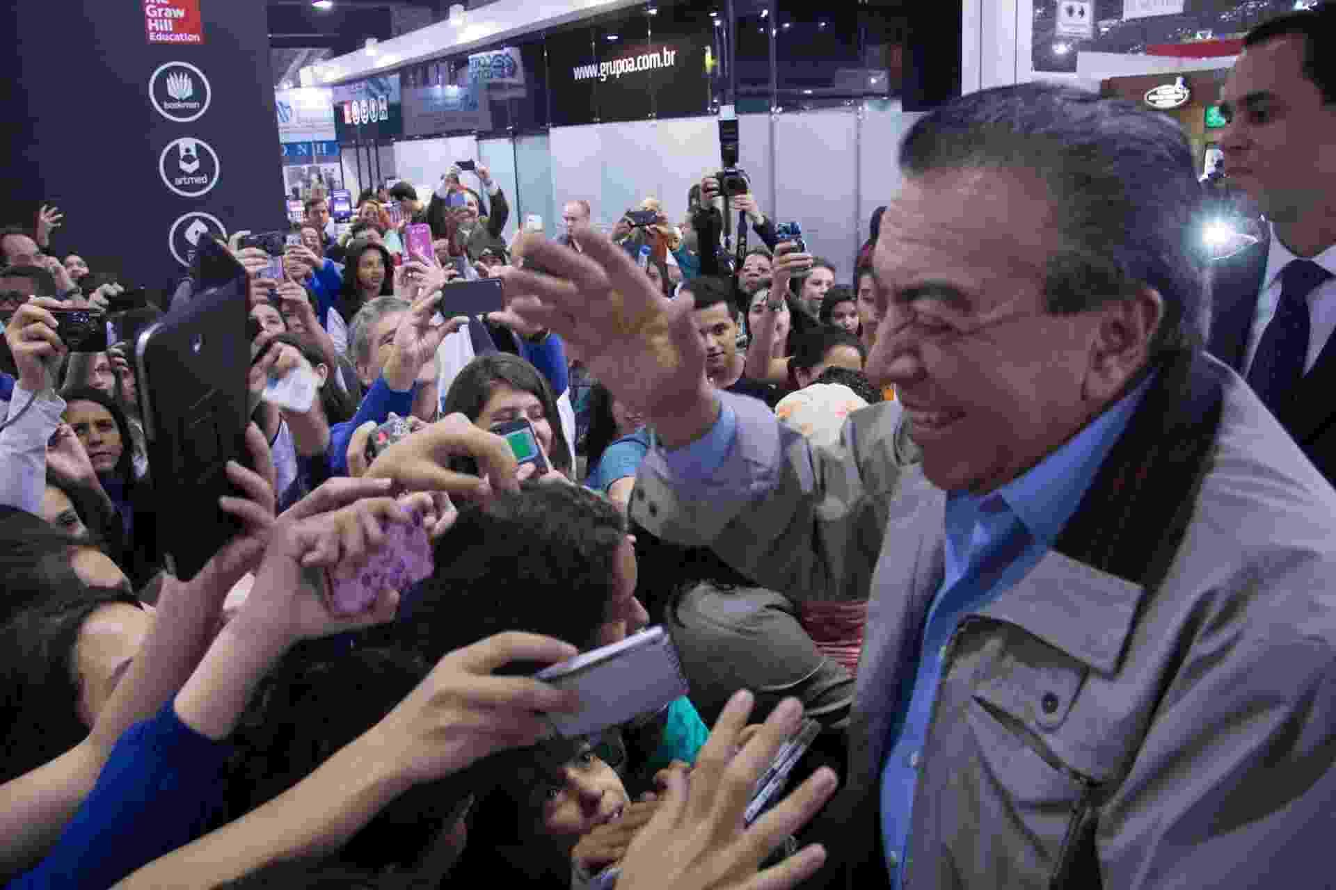 29.ago.2014 - O cartunista Mauricio de Sousa cumprimenta fãs na 23ª Bienal Internacional do Livro de São Paulo, no Anhembi - Agência Estado