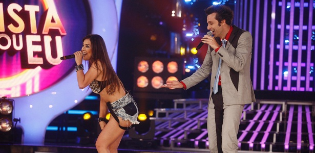 """A cantora Li Martins, participante do programa """"Esse Artista Sou Eu"""", imita Anitta cantando o sucesso """"Show das Poderosas"""" ao lado do apresentador Márcio Ballas"""