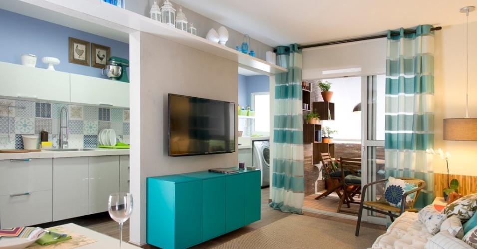 Inspirado em plantas reais, o arquiteto Gustavo Calazans idealizou para a Mostra Leroy Merlin (2014) este living (14 m²) para uma família de quatro pessoas. O projeto o separou da cozinha apenas por um pequena parede, racionalizando o espaço.