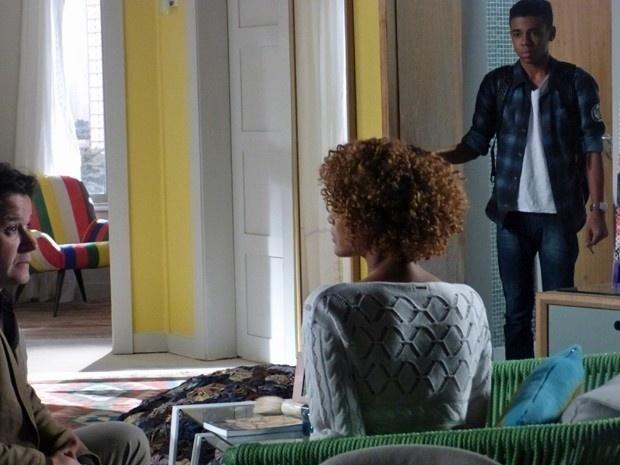Vicente flagra Jonas e Verônica e deixa o casal constrangido