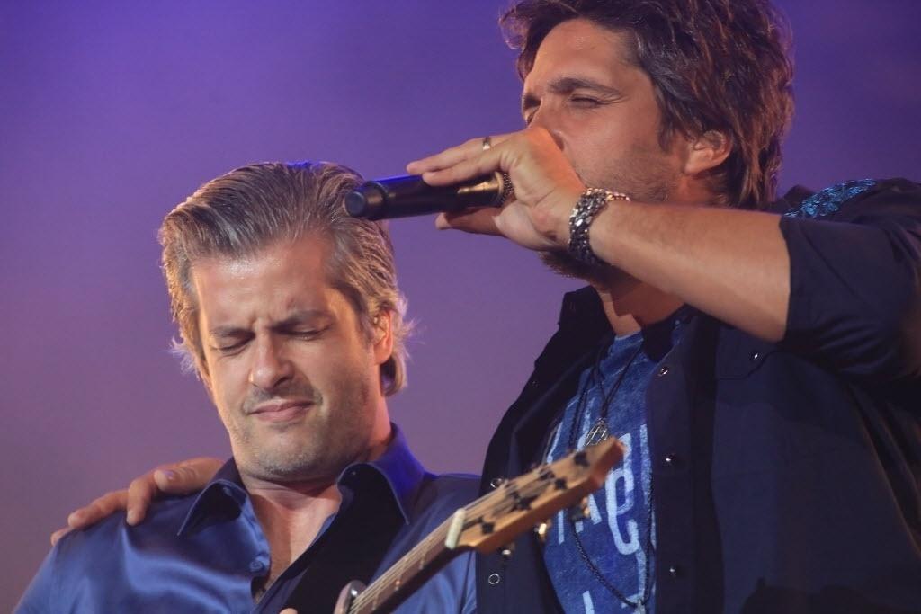 29.ago.2014 - Os irmãos Victor e Leo cantaram suas músicas românticas no palco do nono dia da Festa do Peão de Barretos 2014, no interior de São Paulo, na noite desta sexta-feira