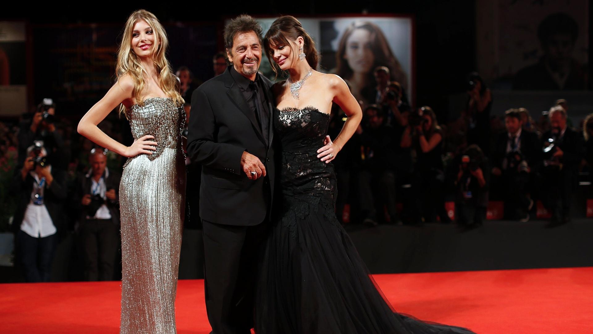 30.ago.2014 - Al Pacino volta ao tapete vermelho de Veneza pela segunda vez com a namorada, a atriz argentina Lucila Sola (à esq.), e a enteada Camila Sola