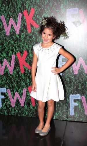 30.ago.2014 - Filha de Rodrigo Faro e Vera Viel, Maria, de 6 anos, posa nos bastidores no Fashion Weekend Kids, em São Paulo