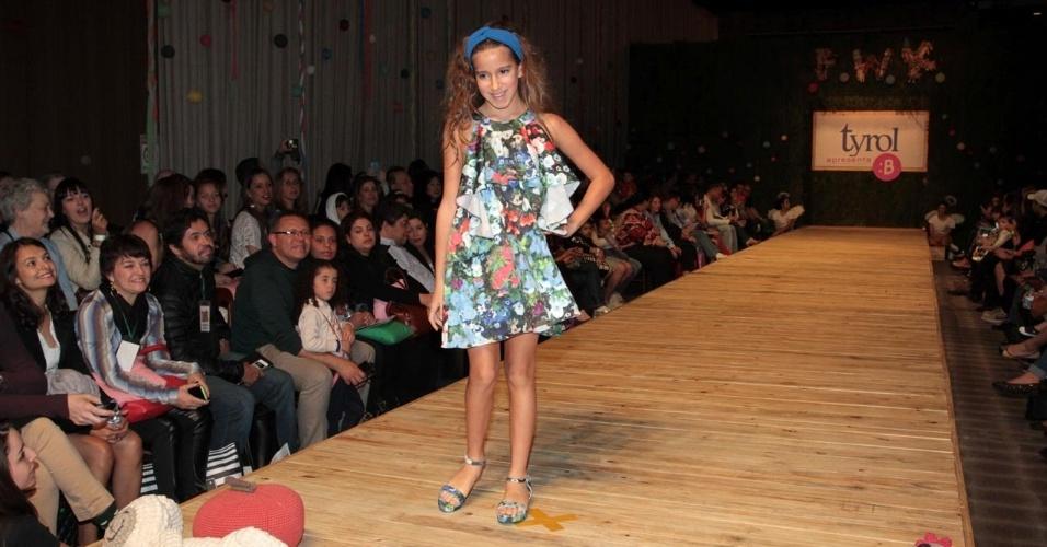 30.ago.2014 - Filha mais velha de Rodrigo Faro e Vera Viel, Clara, de 9 anos, desfila no Fashion Weekend Kids, em São Paulo