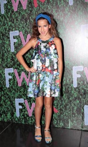 30.ago.2014 - Filha mais velha de Rodrigo Faro e Vera Viel, Clara, de 9 anos, tira fotos no Fashion Weekend Kids, em São Paulo