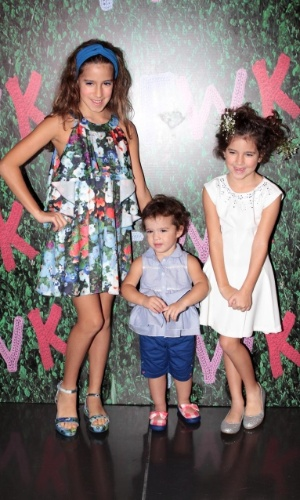30.ago.2014 - Filhas de Rodrigo Faro e Vera Viel, Clara, Maria e Helena tiram fotos nos bastidores do Fashion Weekend Kids, em São Paulo.