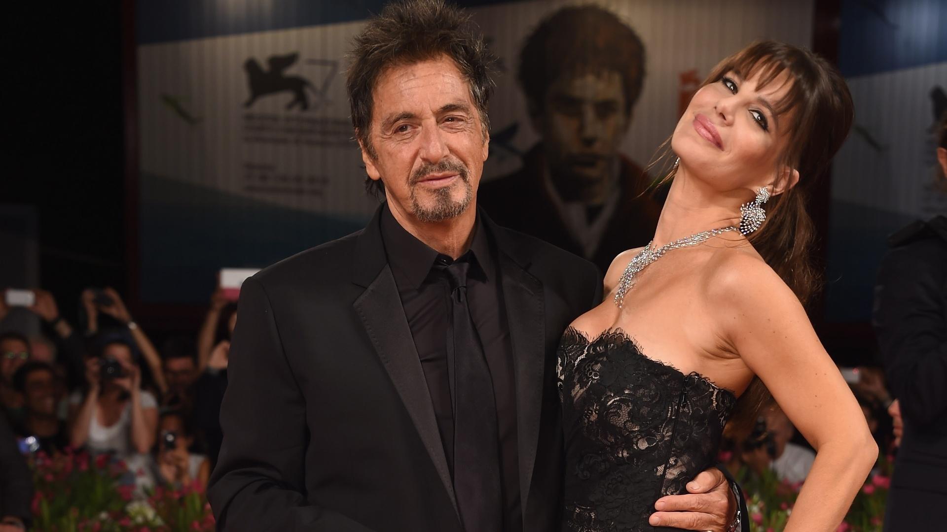 30.ago.2014 - Pela segunda vez no mesmo dia, Al Pacino desfila no tapete vermelho de Veneza acompanhado da namorada, Lucila Sola. Ele promoveu o filme