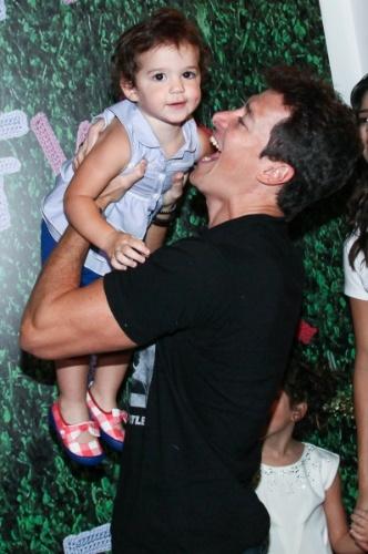 30.ago.2014 - Rodrigo Faro brinca com a filha Helena, de 1 ano, nos bastidores do Fashion Weekend Kids, em São Paulo