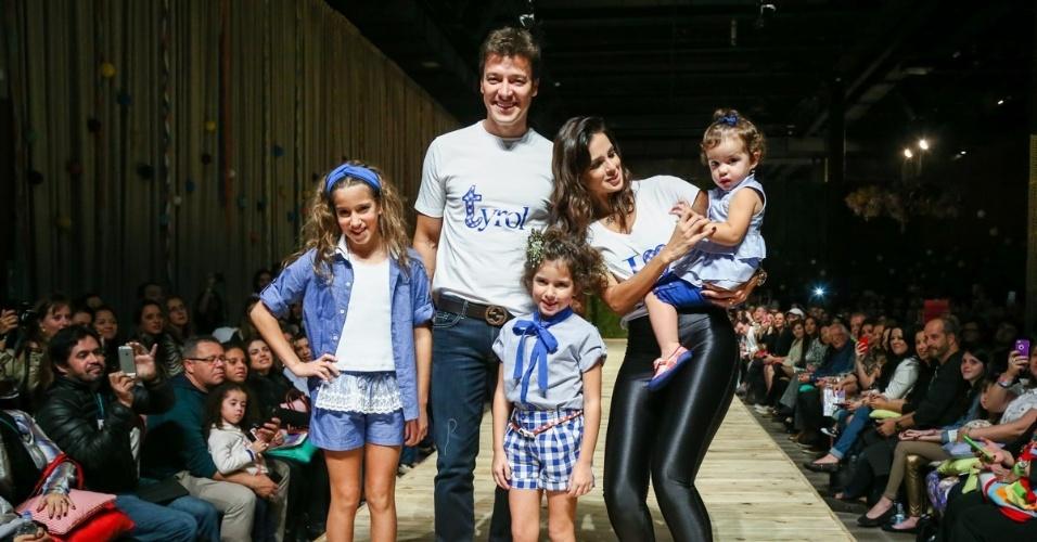 30.ago.2014 - Rodrigo Faro desfila com a mulher, Vera Viel, e as três filhas do casal no Fashion Weekend Kids, em São Paulo
