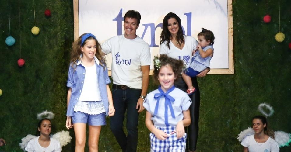 30.ago.2014 - Rodrigo Faro desfila com a mulher, Vera Viel, e as três filhas no Fashion Weekend Kids, em São Paulo