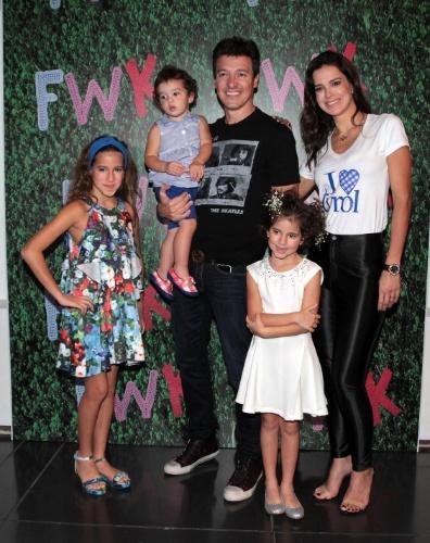 30.ago.2014 - Rodrigo Faro e Vera Viel posam com as três filhas - Clara, 9; Maria, 6; e Helena, 1 - no Fashion Weekend Kids, em São Paulo.