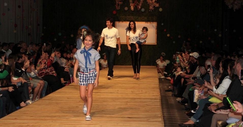 30.ago.2014 - Rodrigo Faro, Vera Viel e as três filhas do casal desfilam na passarela do Fashion Weekend Kids, em São Paulo