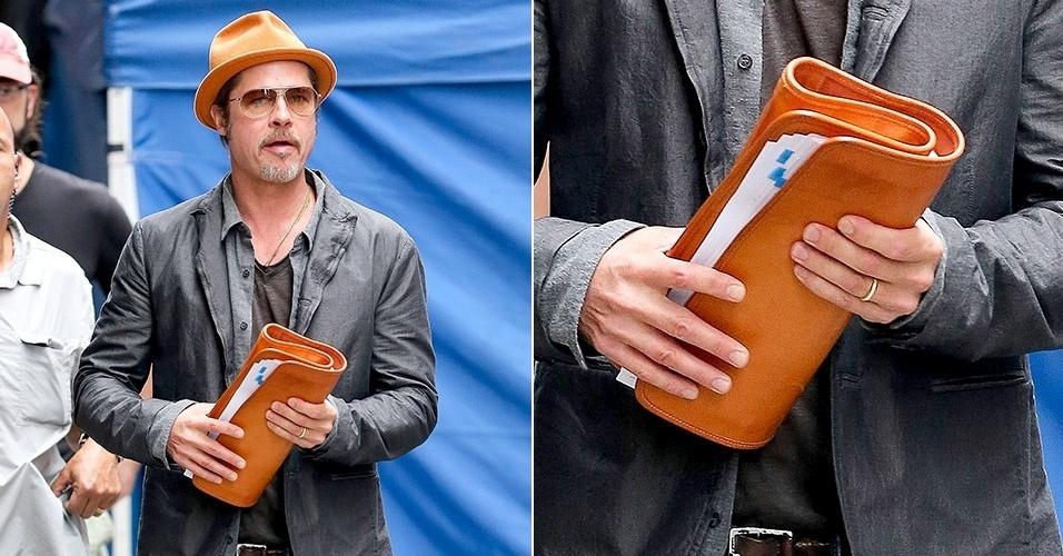 30.ago 2014 - Em Nova York, Brad Pitt passeia e exibe sua aliança casamento. O ator se casou com a atriz Angelina Jolie no dia 23 de agosto, após nove anos de união. Ele já havia exibido a joia em um evento de seu novo filme,