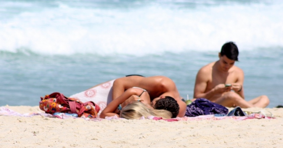 31.ago.2014 - A modelo Yasmin Brunet deita com o marido, Evandro Soldati, nas areias de Ipanema