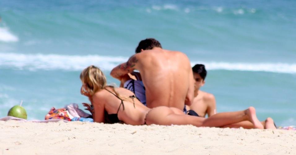 31.ago.2014 - Acompanhada do marido, Evandro Soldati, Yasmin Brunet toma sol na praia de Ipanema