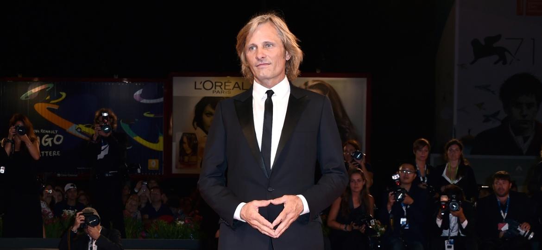 """Viggo Mortensen chega ao tapete vermelho de seu filme """"Loin Des Hommes"""", em Veneza - Getty Images"""