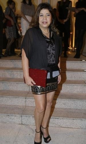 1.set.2014 - A cantora Roberta Miranda vai de minissaia à festa dos 30 anos de carreia do cabeleireiro Marco Antonio di Biaggi, em São Paulo