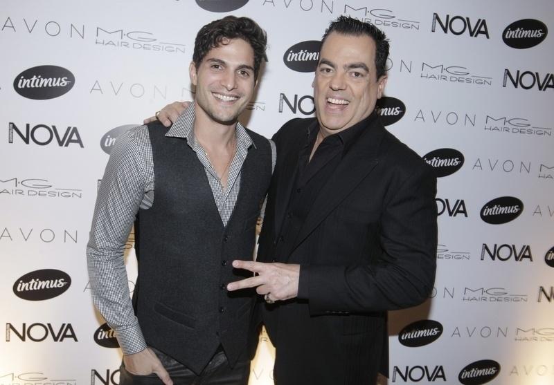 """1.set.2014 - Ex-BBB Andrpe Martinelli posa ao lado de Marco Antonio de Biaggi na festa da revista """"Nova"""", em São Paulo"""