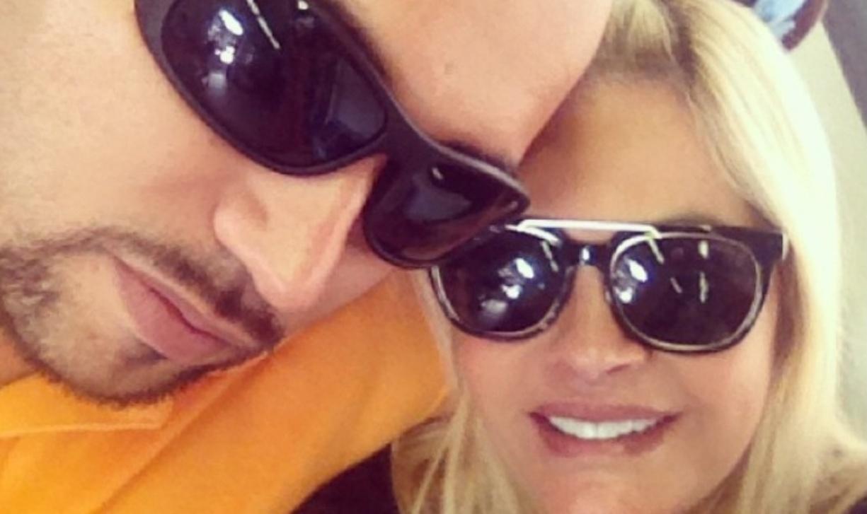 Monique Evans faz selfie com o namorado Edgar durante passeio de metrô no Rio de Janeiro