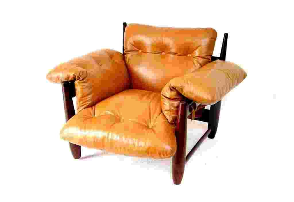 Poltrona Mole, de 1957. Estrutura de madeira de lei maciça torneada, com travessas que permitem a passagem de cintas de couro que apoiam o almofadão único do assento, encosto e braços - Aline Arruda/ UOL