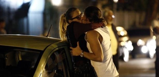 Robertão agarra Érika e a beija